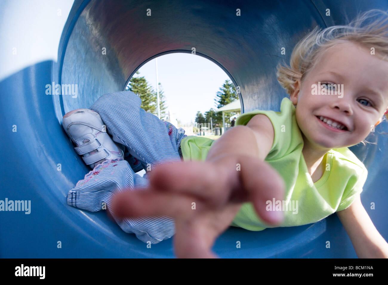 Close-up of girl atteindre pour l'appareil photo, à l'aire de tunnel Photo Stock