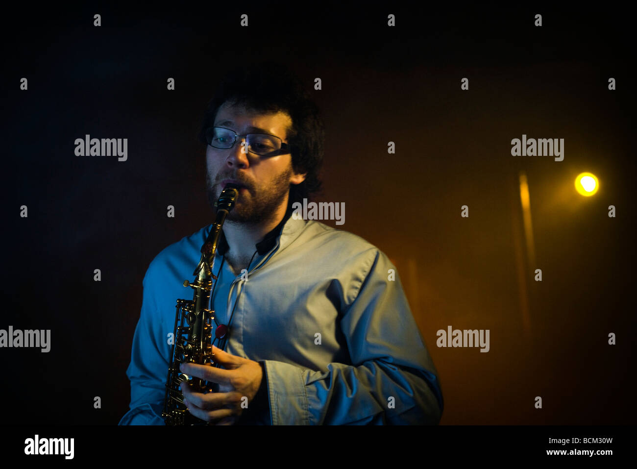 Man playing saxophone dans night club Photo Stock