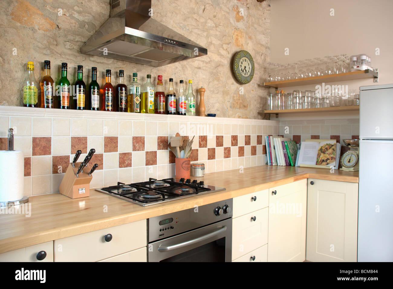 Hotte au dessus de cuisson et four petit cuisine avec plan de travail en bois beige et - Petit plan de travail cuisine ...