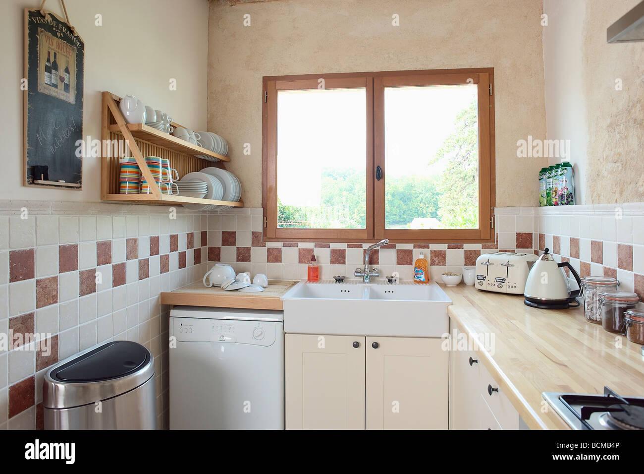 Fenêtre au-dessus de l\'évier et lave-vaisselle dans une petite ...