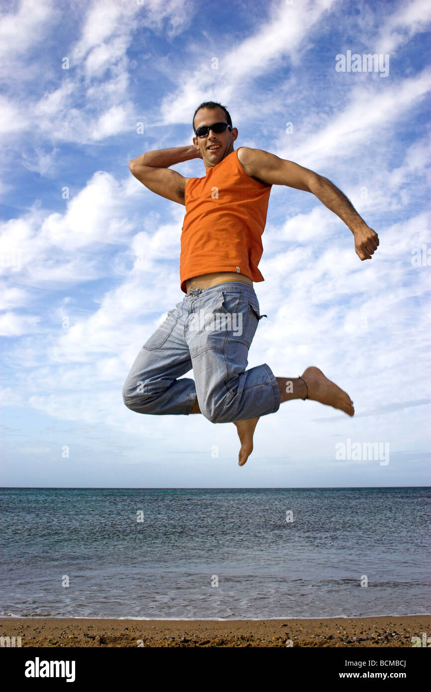 Jeune homme actif faire un grand saut Photo Stock