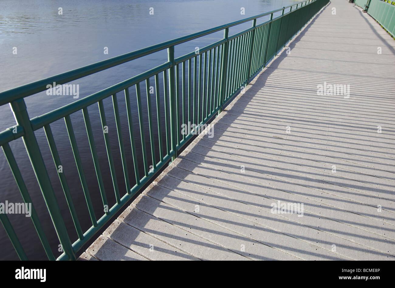 Promenade aménagée le long de la voie navigable de la rivière Photo Stock