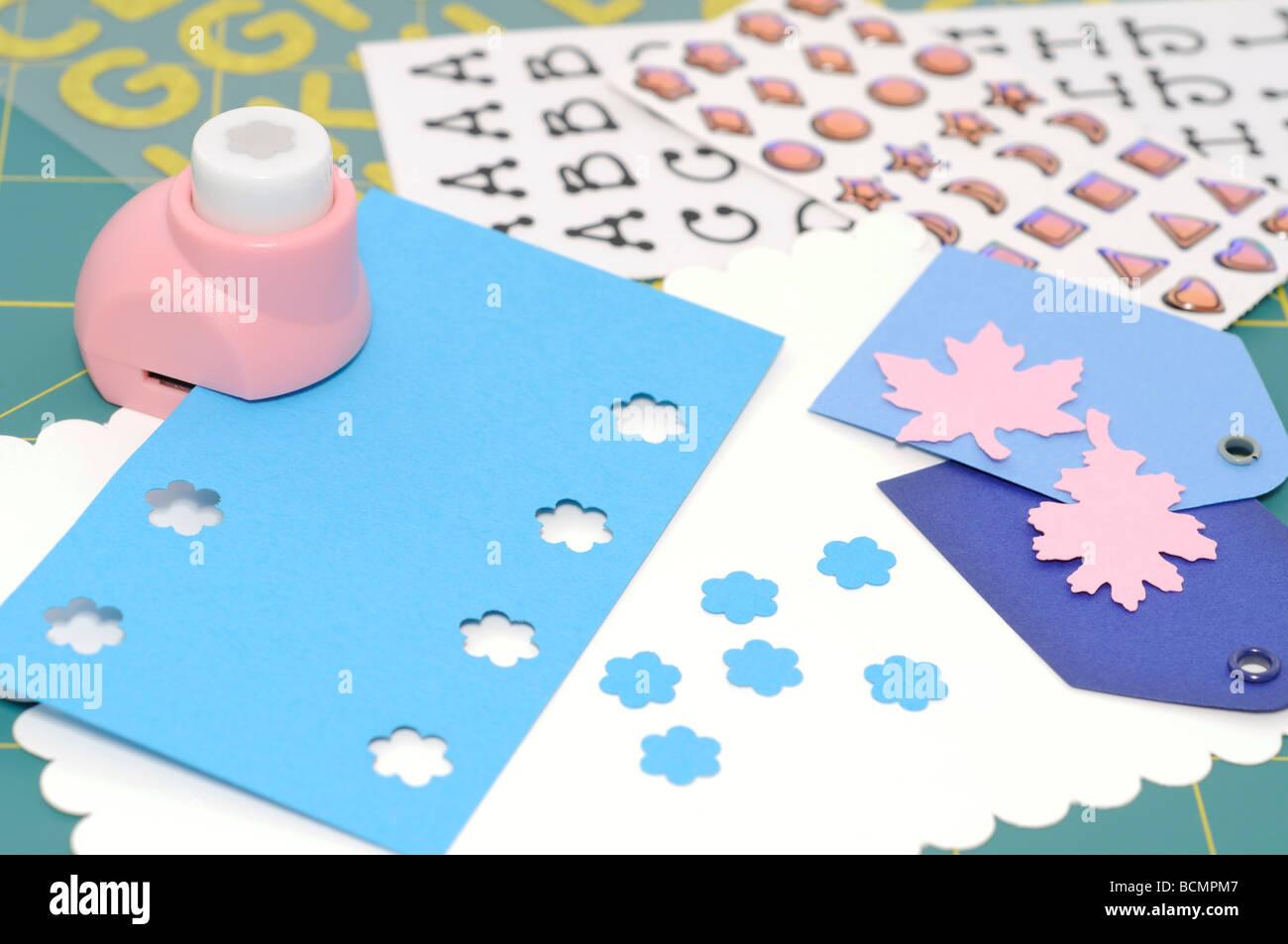 Projet rendre album fleurs et feuilles perforées Photo Stock