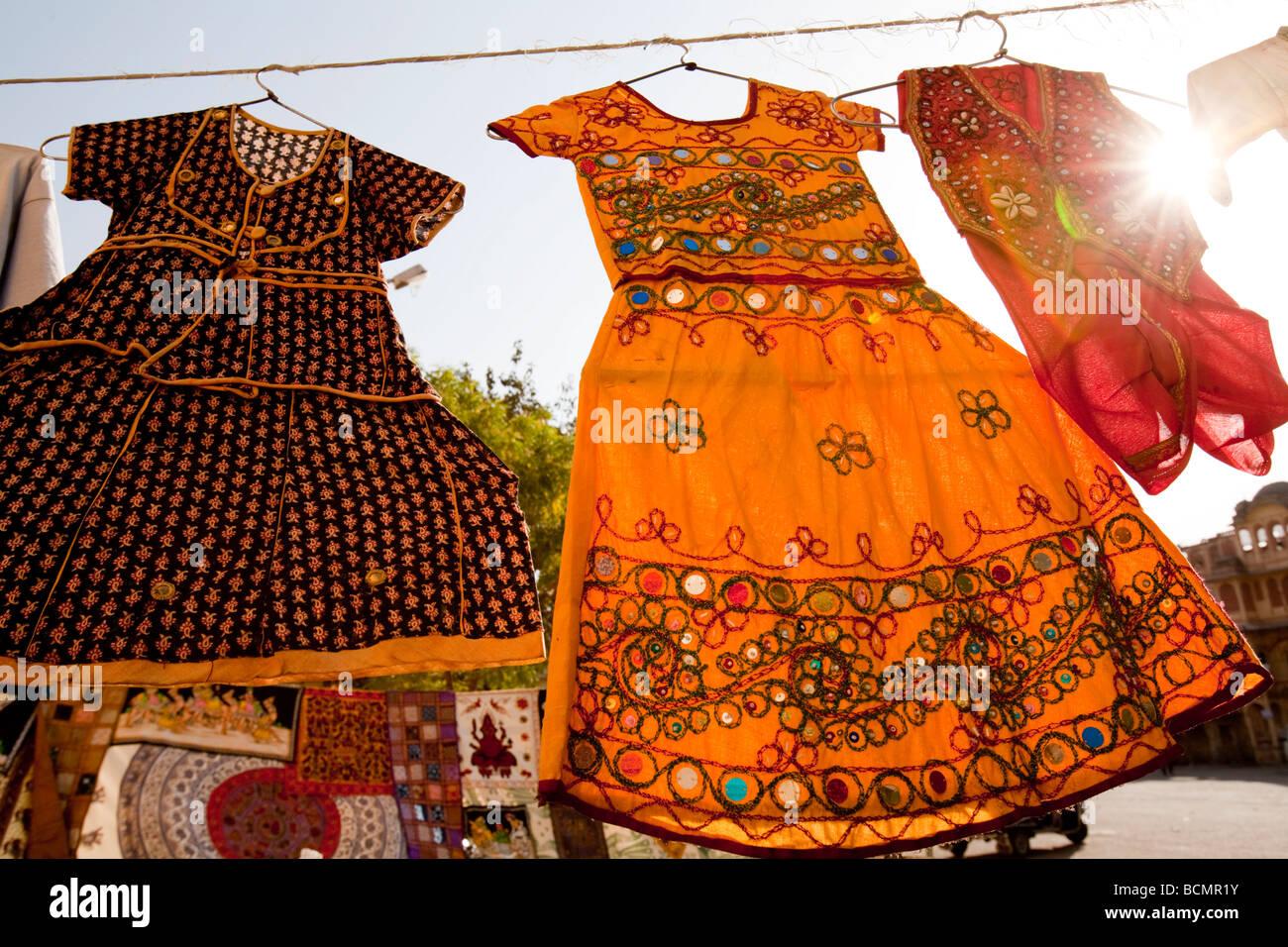 Des robes pour la vente au marché Sadar Jodhpur Rajasthan Inde Banque D'Images
