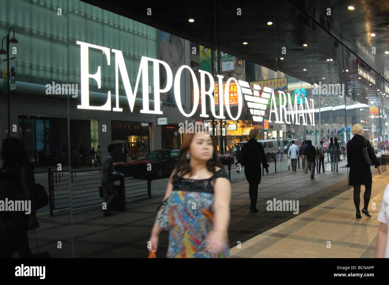 Jeune femme chinoise à pied passer le magasin phare d Emporio Armani,  Shanghai, Chine 90c9c4e31f70