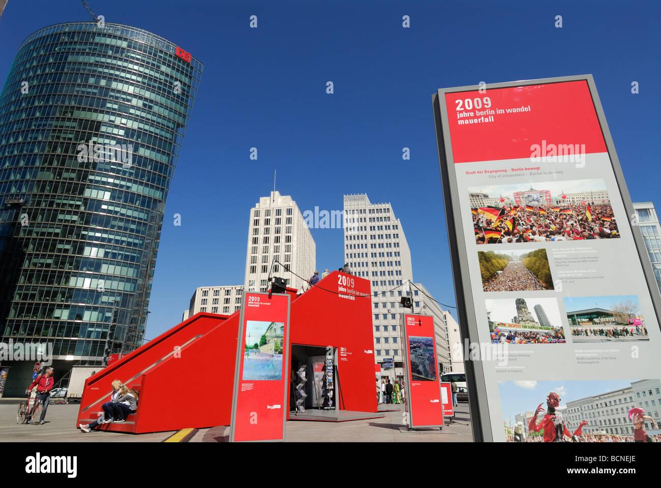 Exposition sur l'Allemagne Berlin Potsdamer Platz commémorant 20 années depuis la chute du mur de Photo Stock