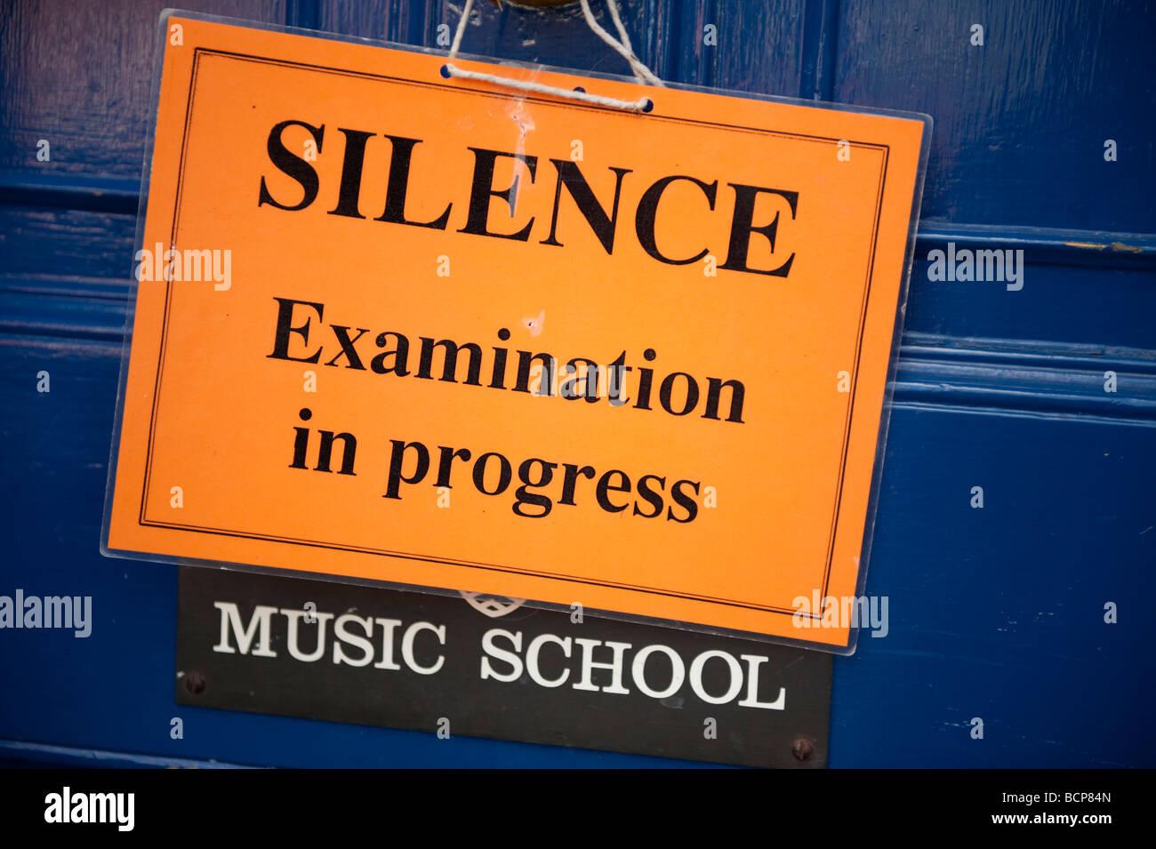 Examen en cours Silence signe sur porte de la cathédrale de l'école de musique de la ville d''Hereford Herefordshire Banque D'Images