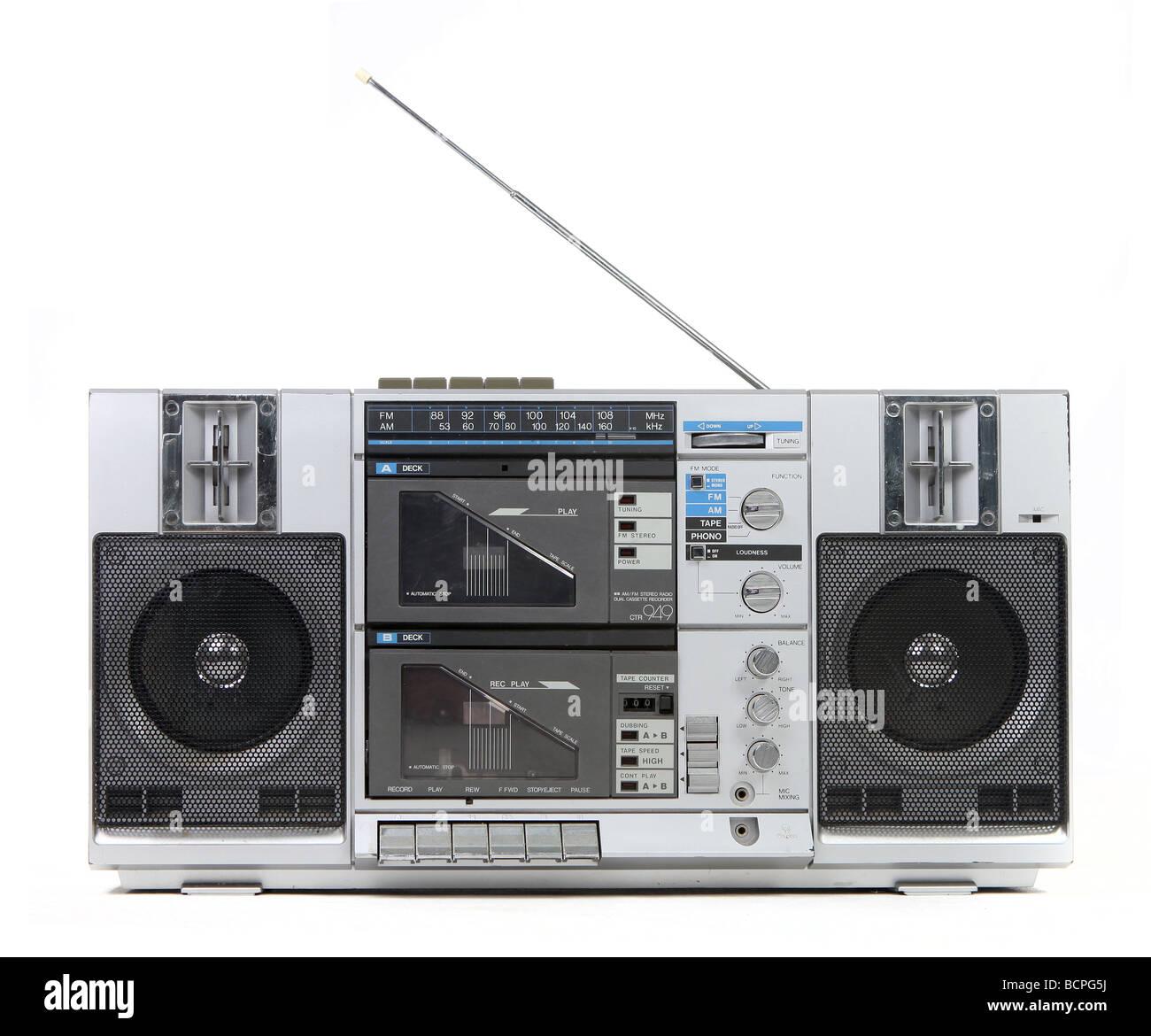 Vue frontale d'un Boom Box Vintage Lecteur de cassette isolé sur fond blanc Photo Stock
