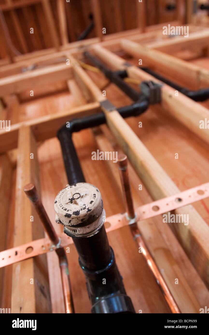 Les tuyaux de plomberie et de vidange installé dans un mur à l'emplacement de la construction résidentielle Photo Stock