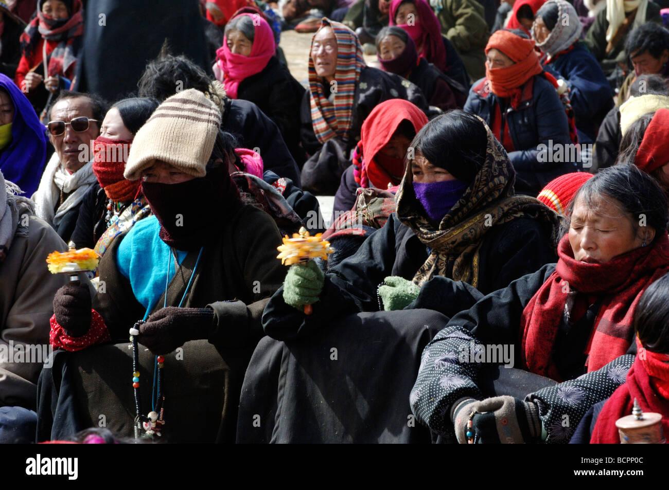 Les pèlerins présents à la cérémonie religieuse dans un monastère du bouddhisme tibétain, la préfecture autonome Banque D'Images