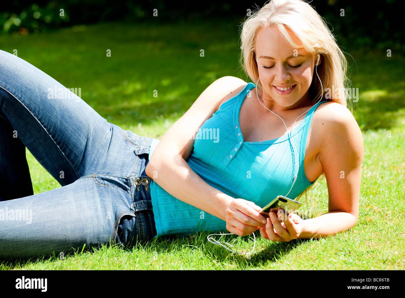 Jeune fille à l'écoute de l'iPod Photo Stock