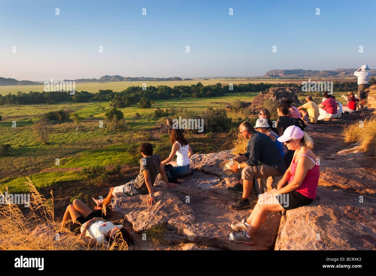 Les touristes attendent le soleil pour définir à partir de la partie supérieure de Ubirr Rock dans Photo Stock