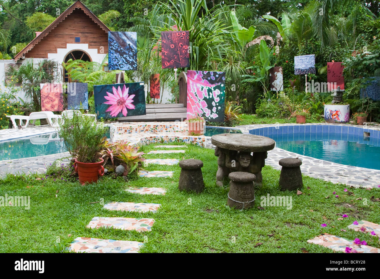 Costa Rica Puerto Viejo jardin tropical avec piscine et swimmong art exhibition Photo Stock