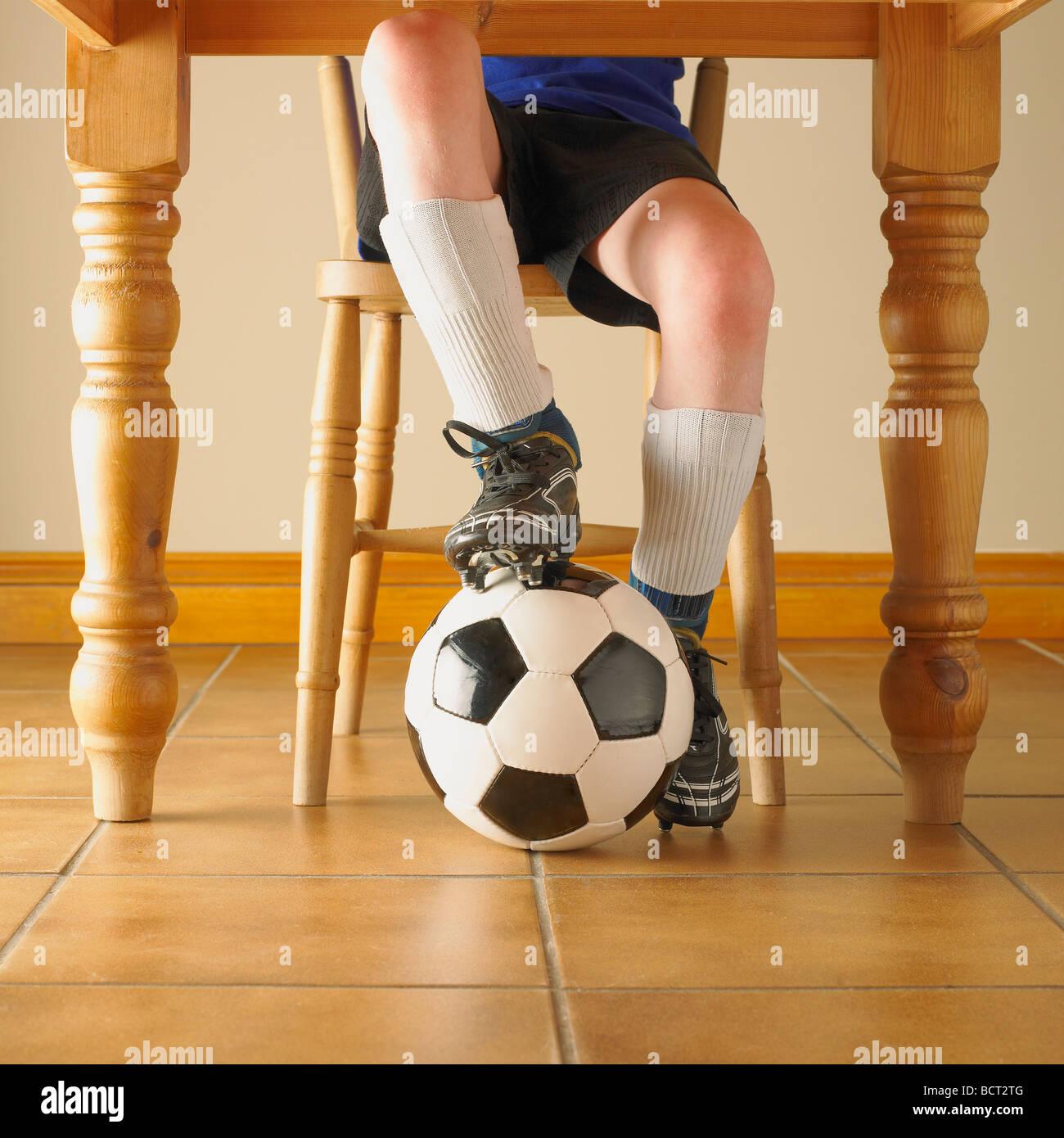 Les jeunes fanatiques de football qui aime et qui vit pour le football. Peut être fait équipe avec image Photo Stock