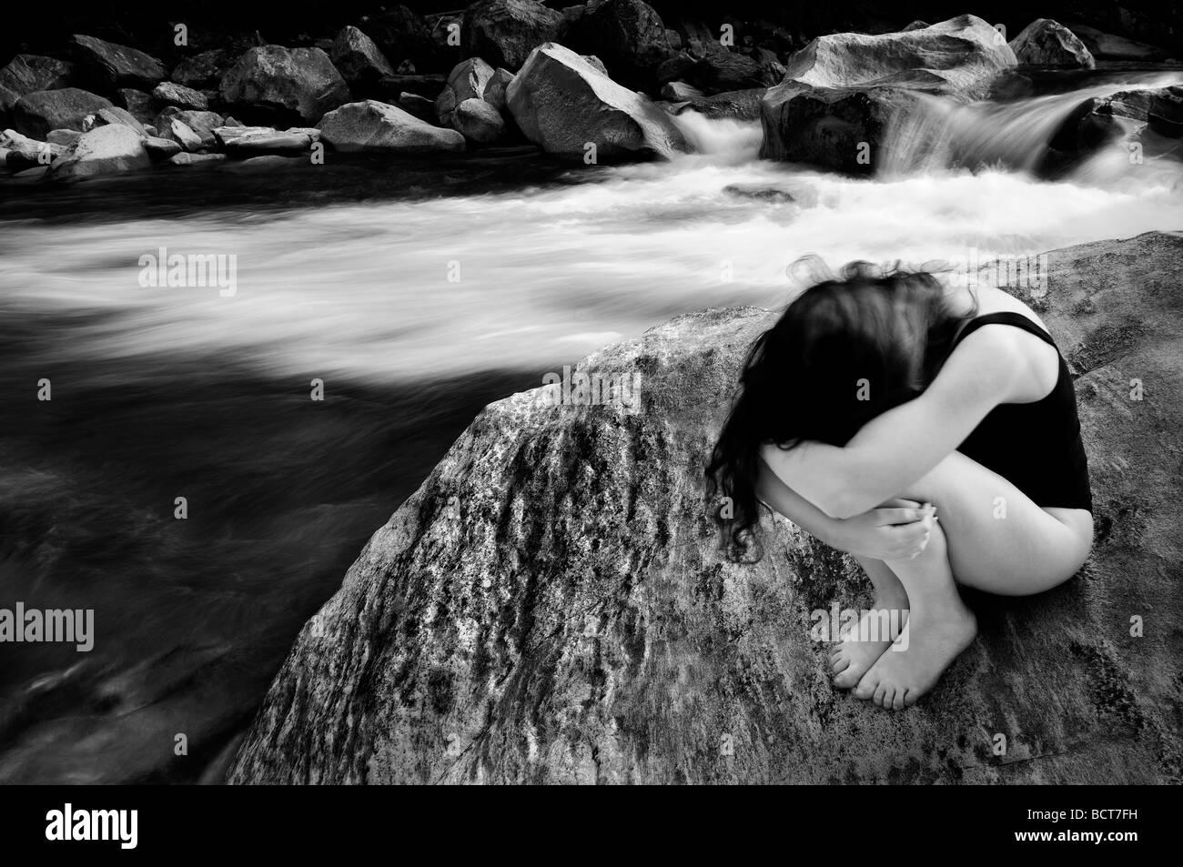 Jeune fille près d'une rivière Banque D'Images