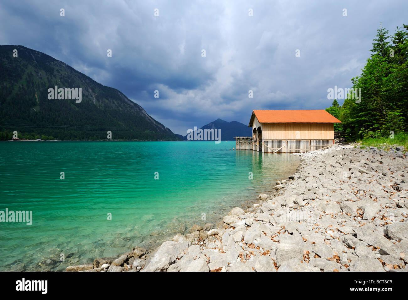 Bateaux sur le lac Walchensee, Mt. Jochberg sur l'horizon, district de Bad Toelz-Wolfratshausen, Bavaria, Germany, Photo Stock