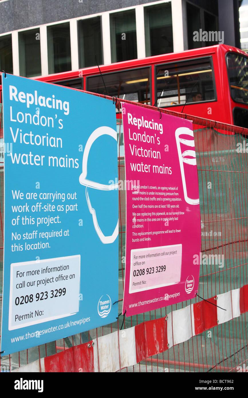 Un bus de Londres en passant par les travaux routiers pour Thames Water's Victorian conduites principales d'eau Photo Stock