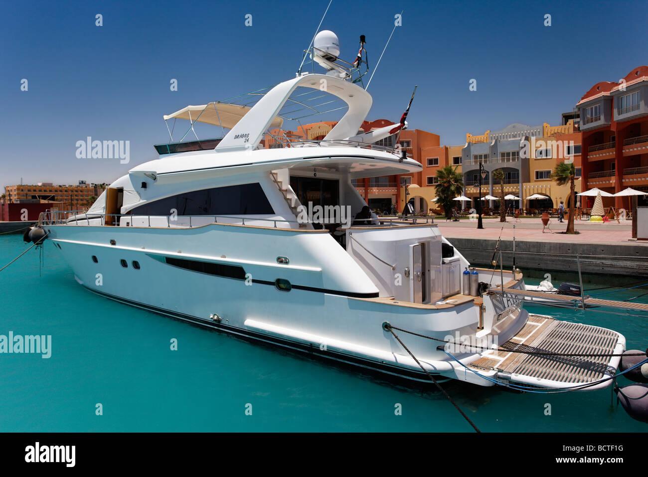 Yacht privé devant les maisons dans la marina, Hurghada, Egypte, Mer Rouge, Afrique Photo Stock