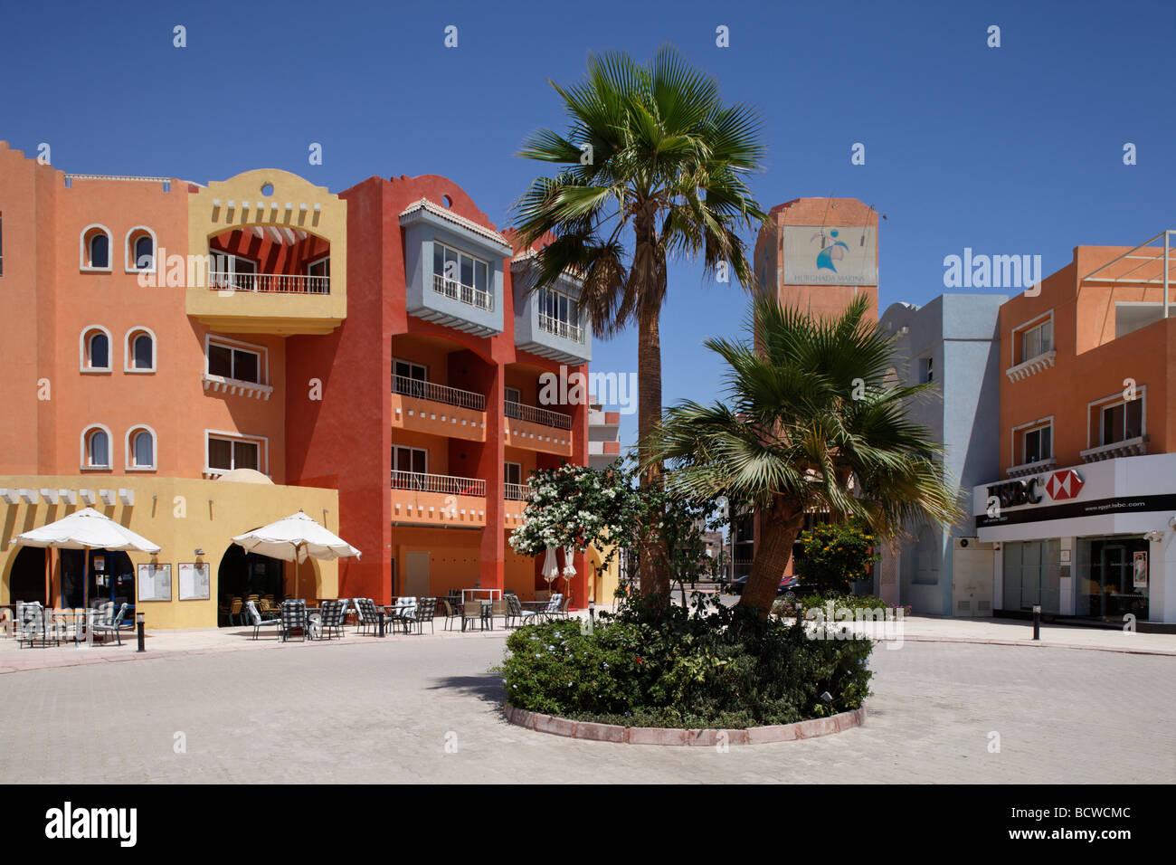 Maisons avec des restaurants, des palmiers, Marina, Hurghada, Egypte, Mer Rouge, Afrique Photo Stock