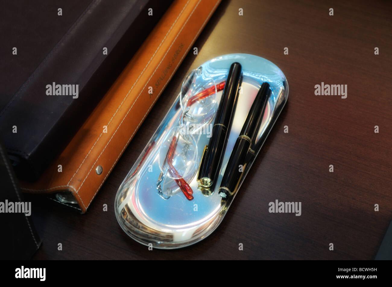 Le vieux cuir des dossiers avec des stylos à bille de type exécutif avec vue sur l'élégant Photo Stock