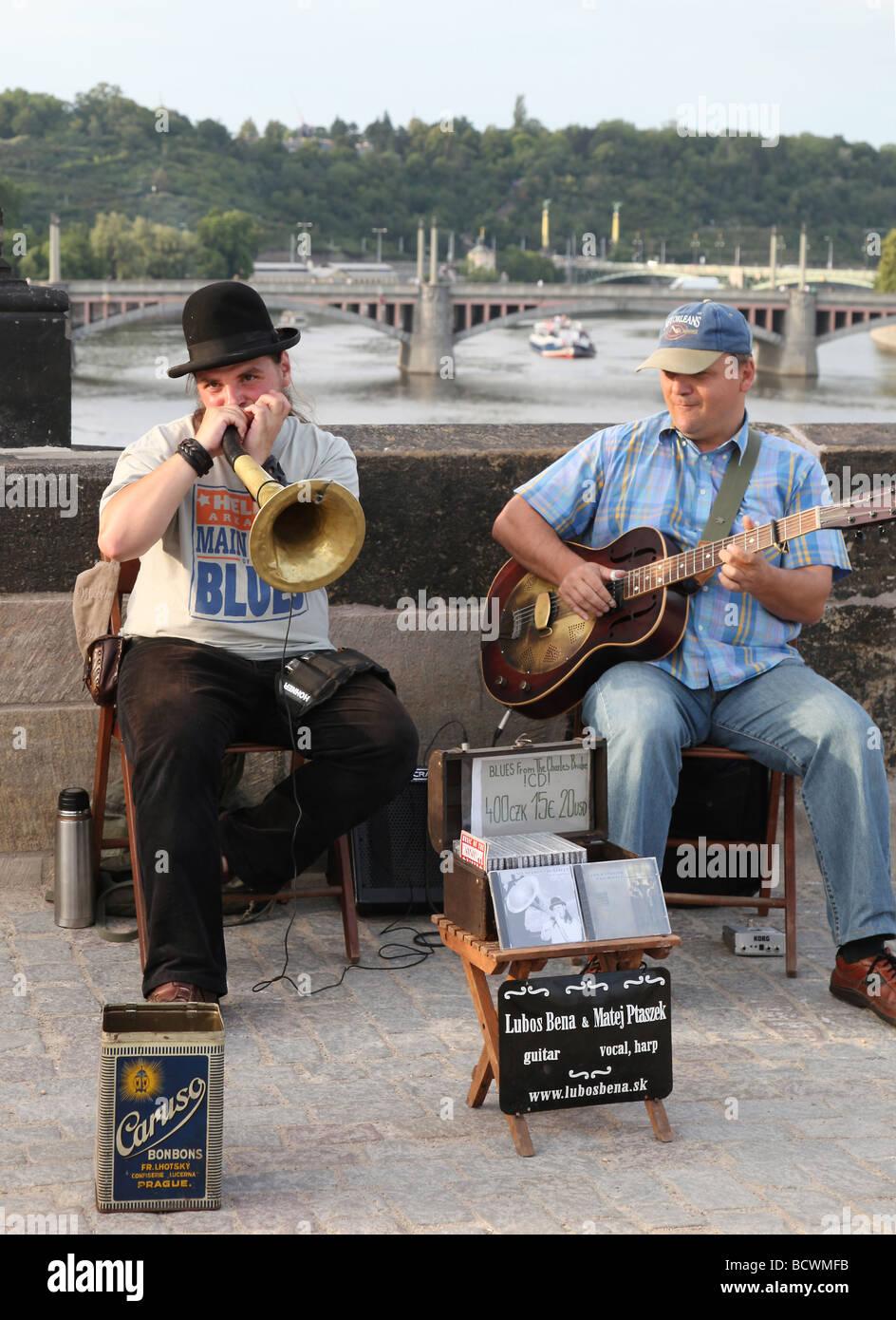 Lubos Bena et Matej Ptaszek busk sur le pont Charles à Prague, capitale de la République tchèque Banque D'Images