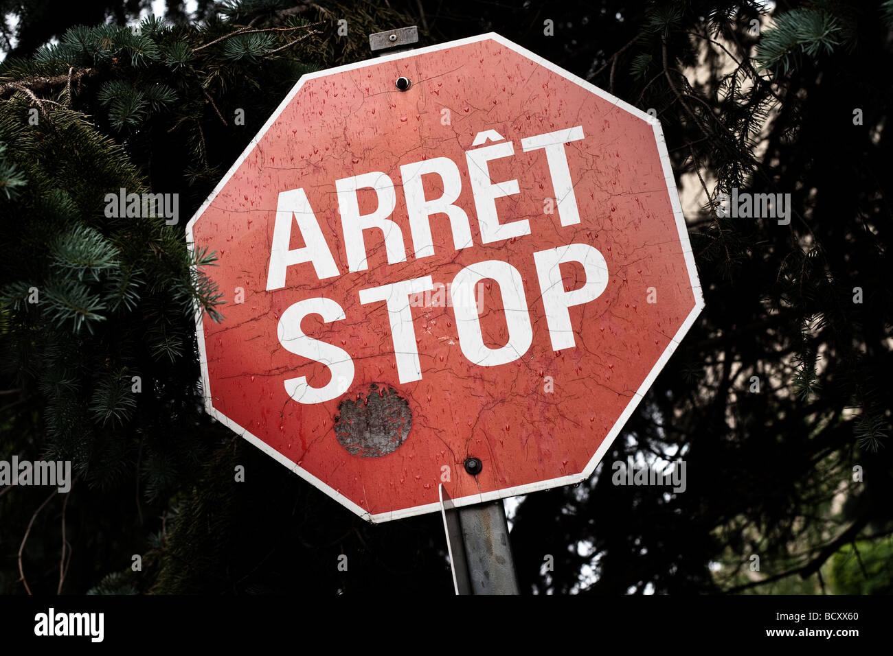 L'un des derniers bilingue français anglais stop est Vue sur Rue de Berniere street dans la ville de Québec Photo Stock