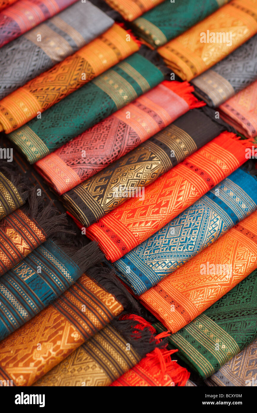 En soie à vendre dans le marché de nuit, Luang Prabang, Laos Banque D'Images