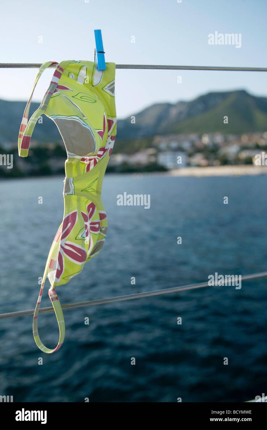 Haut de bikini à la ligne, à bord de bateau à voile Photo Stock