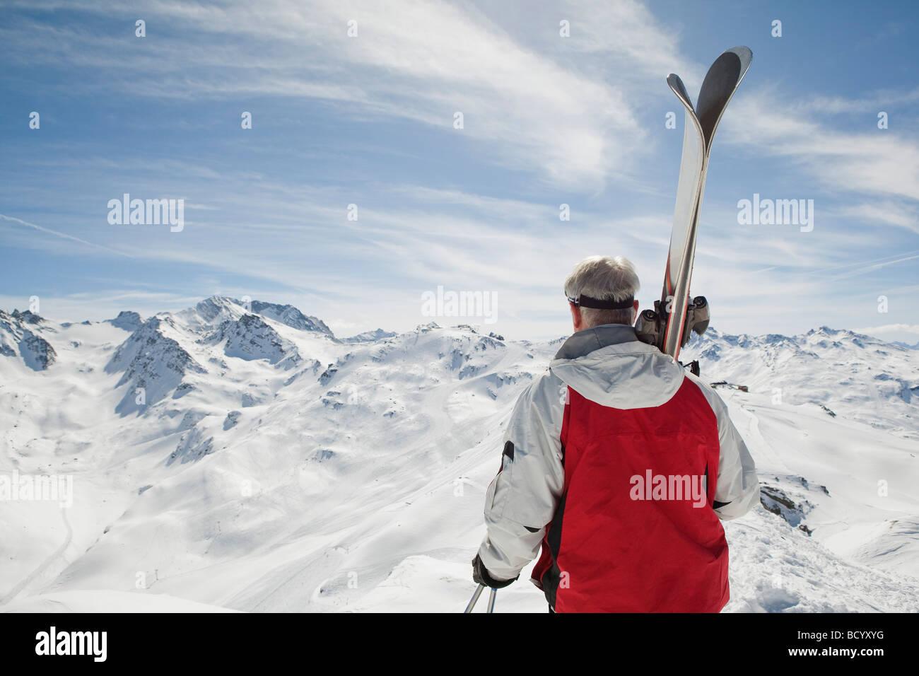 Vue arrière de man holding skis Photo Stock