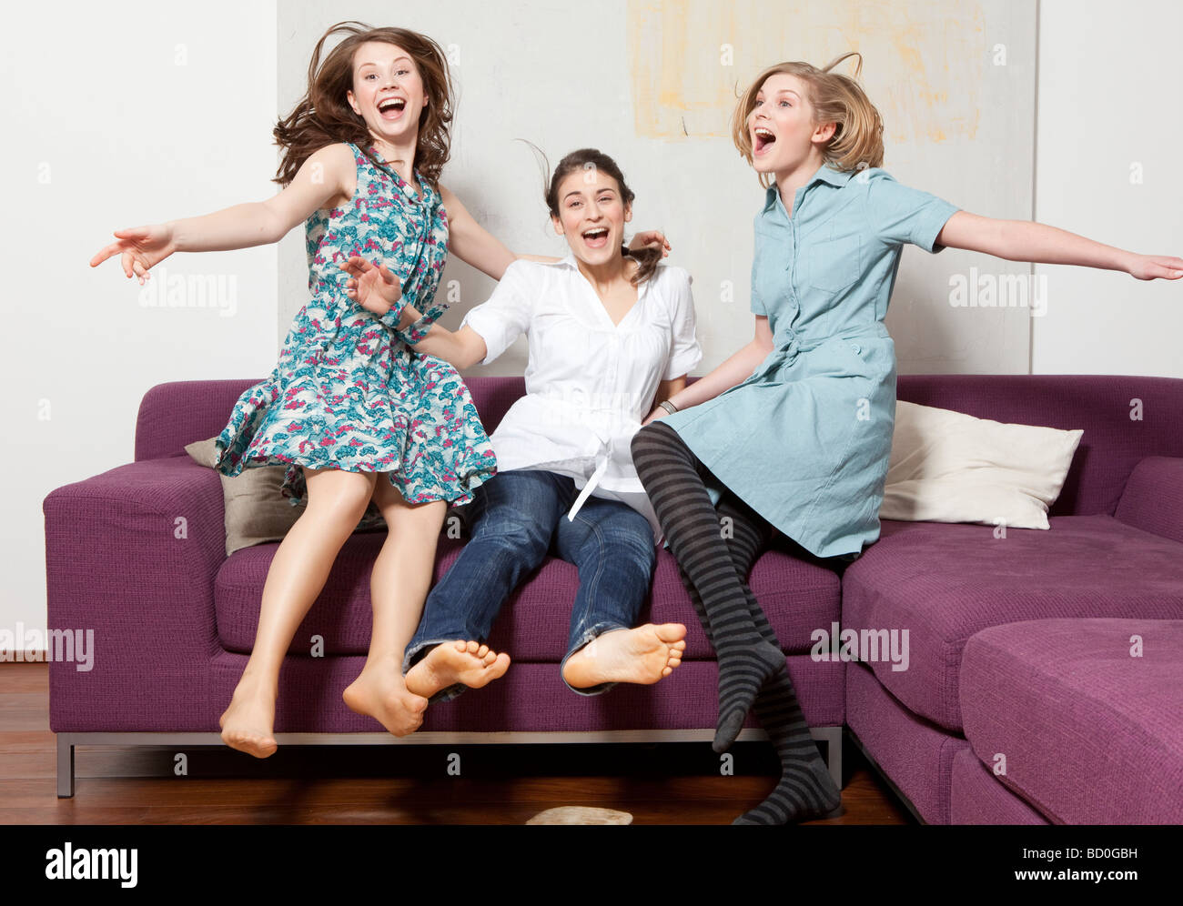 Trois femmes saut et jubilating Banque D'Images