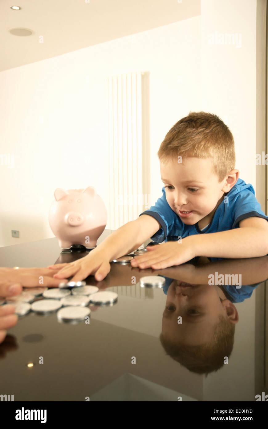 L'accaparement de l'argent garçon Banque D'Images