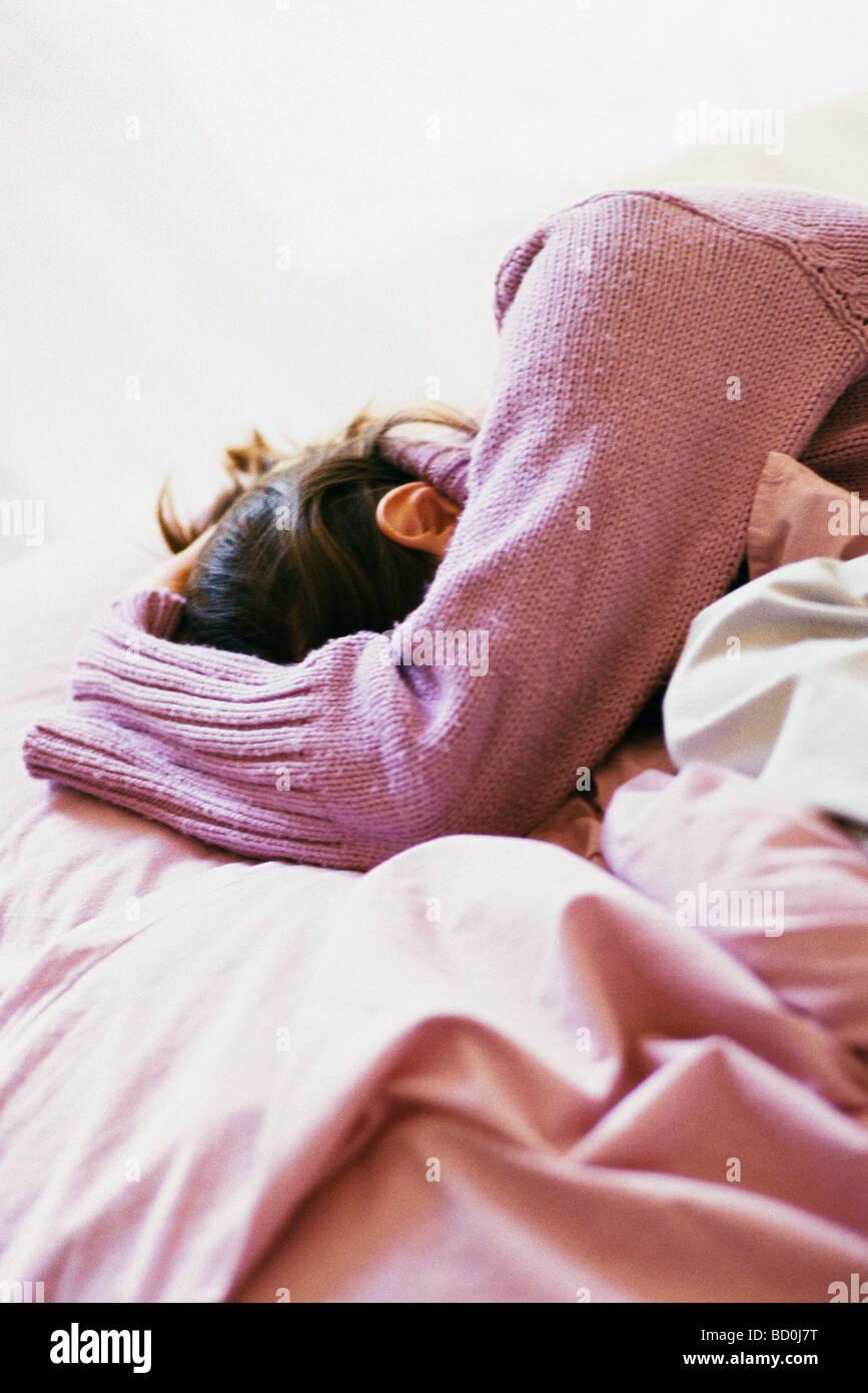 Woman covering face avec bras Banque D'Images