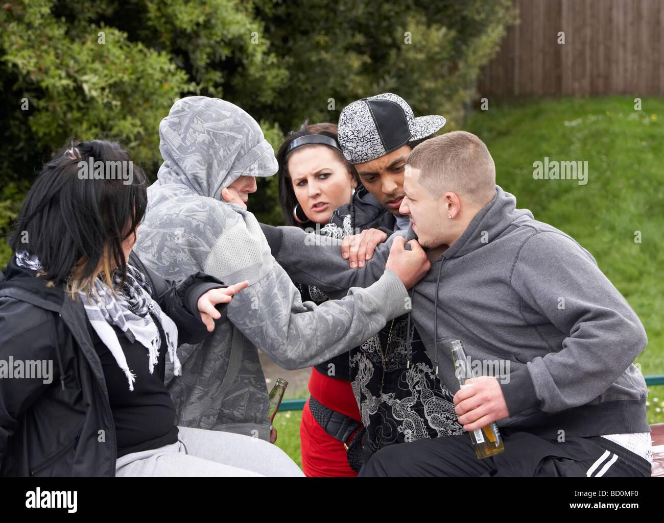 Bande de jeunes combats Photo Stock