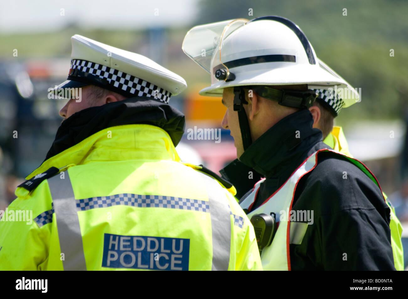 La Police Trafic parler à des équipes d'incendie à un ACR. Accident de la circulation. Photo Stock