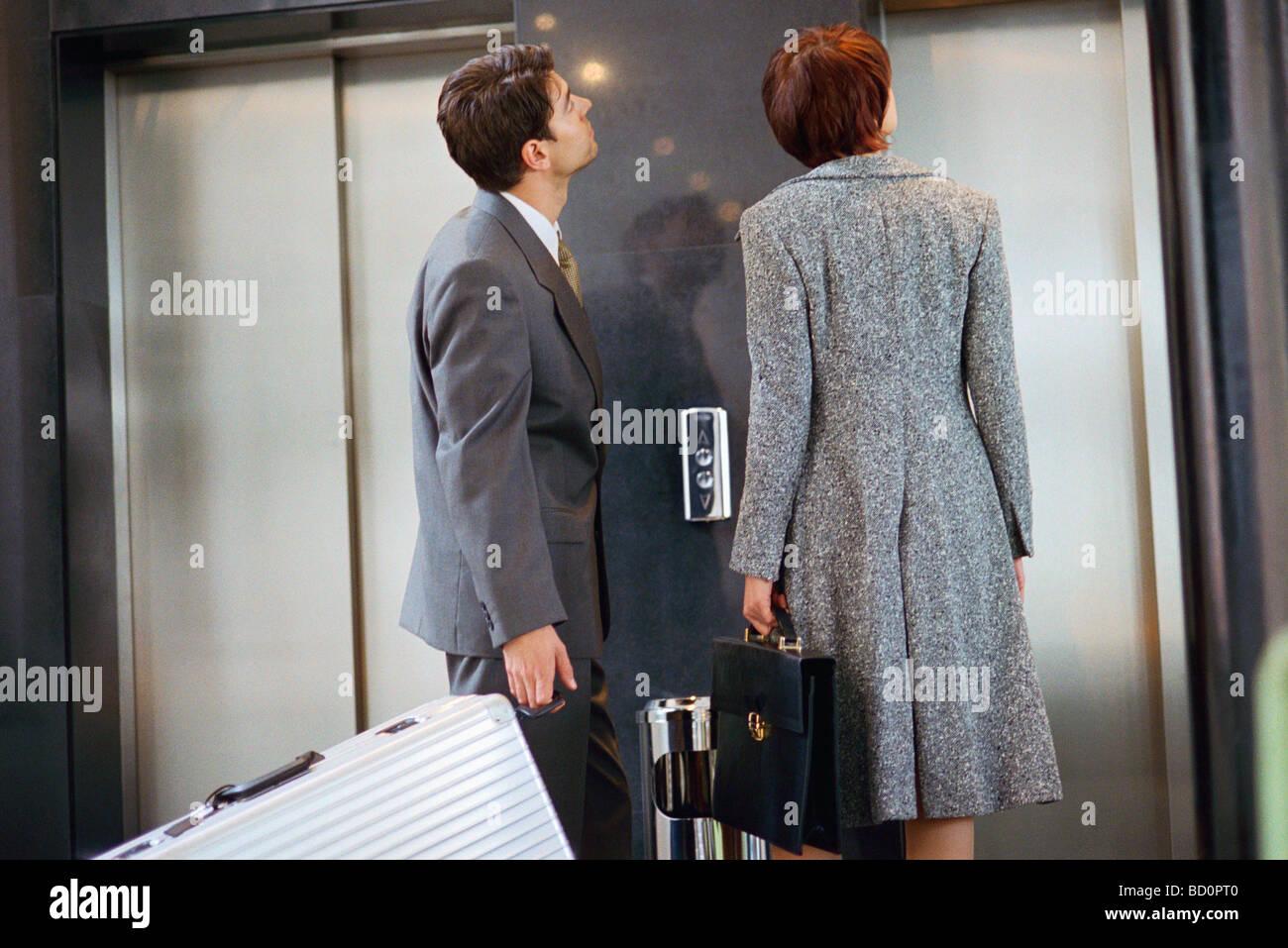 Associés d'affaires en attente d'ascenseur Photo Stock