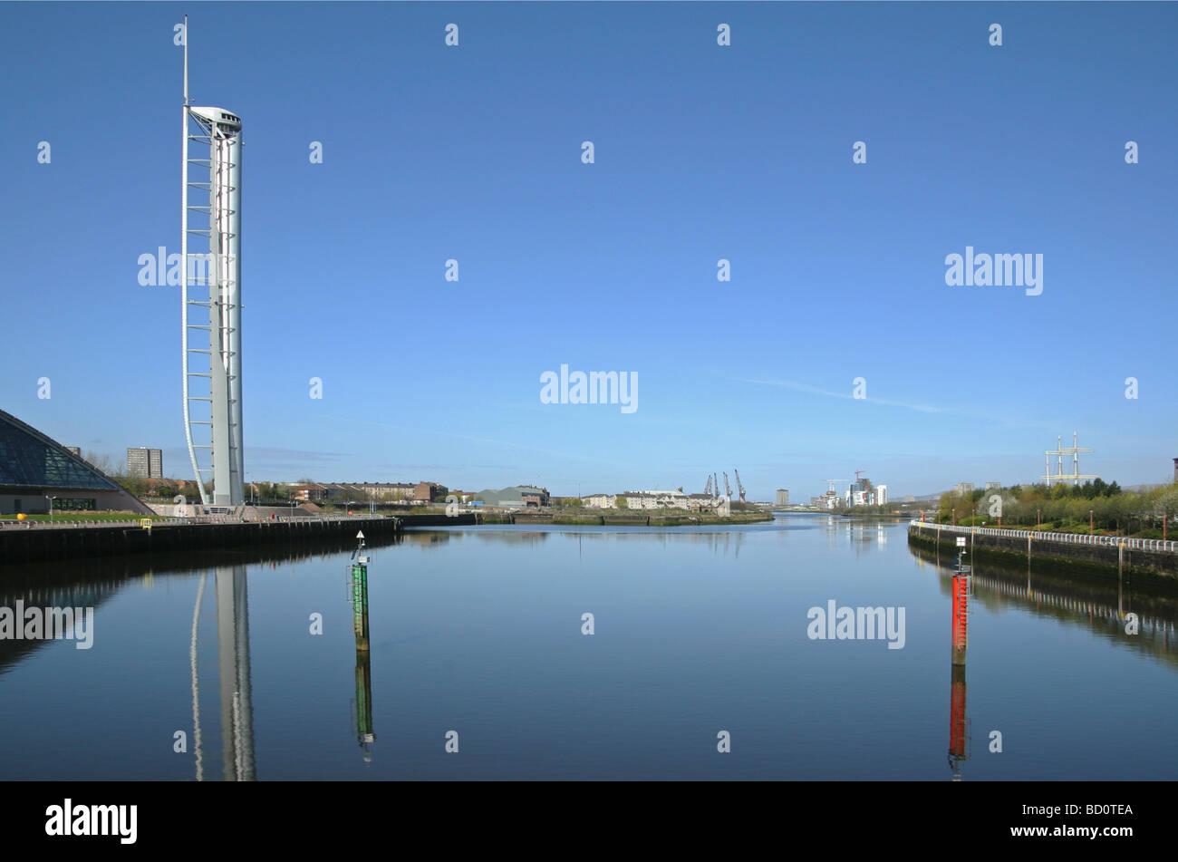 Vue ouest sur la rivière Clyde Glasgow montrant la tour d'observation au Centre des sciences de Glasgow Govan Banque D'Images