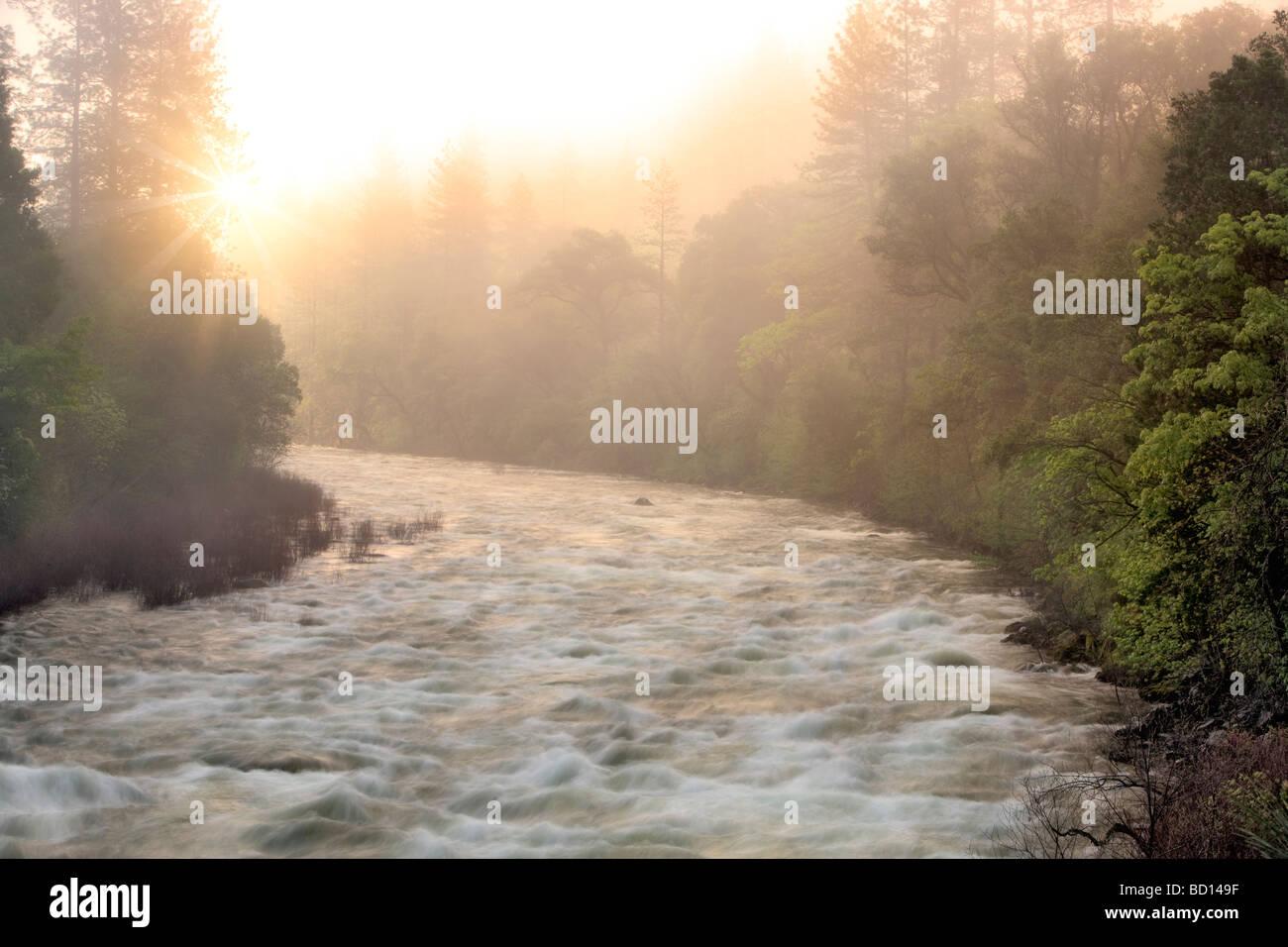 Lever du soleil sur la rivière Merced Yosemite National Park California Banque D'Images