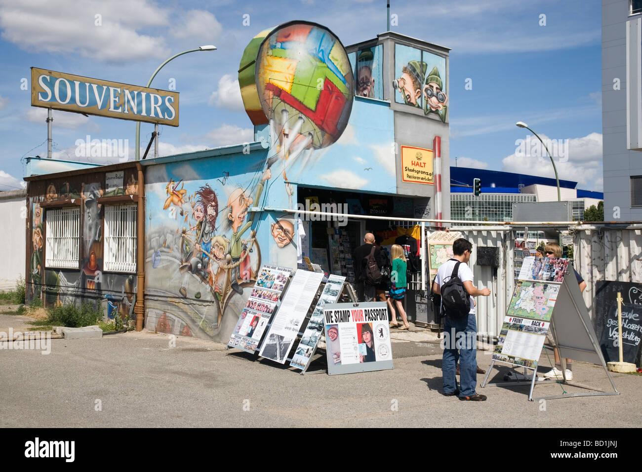 Le Wall House, boutique touristique par l'East Side Gallery, mur de Berlin, Berlin, Allemagne Photo Stock