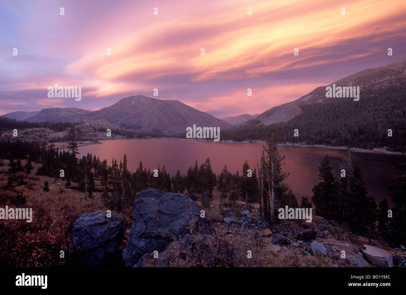Nuages lenticulaires et montagnes, Tioga Pass, en Californie. Photo Stock