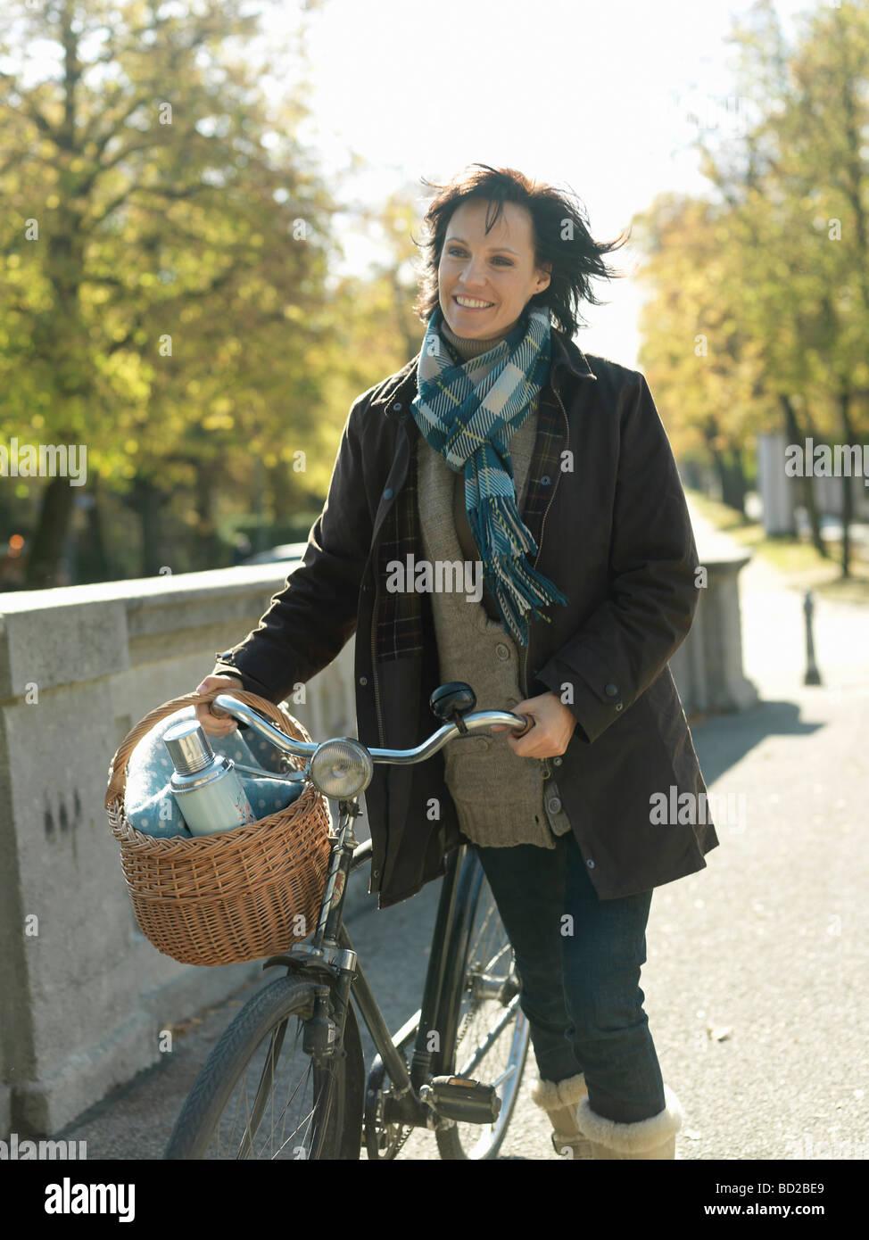 Femme avec location sur bridge en automne Banque D'Images