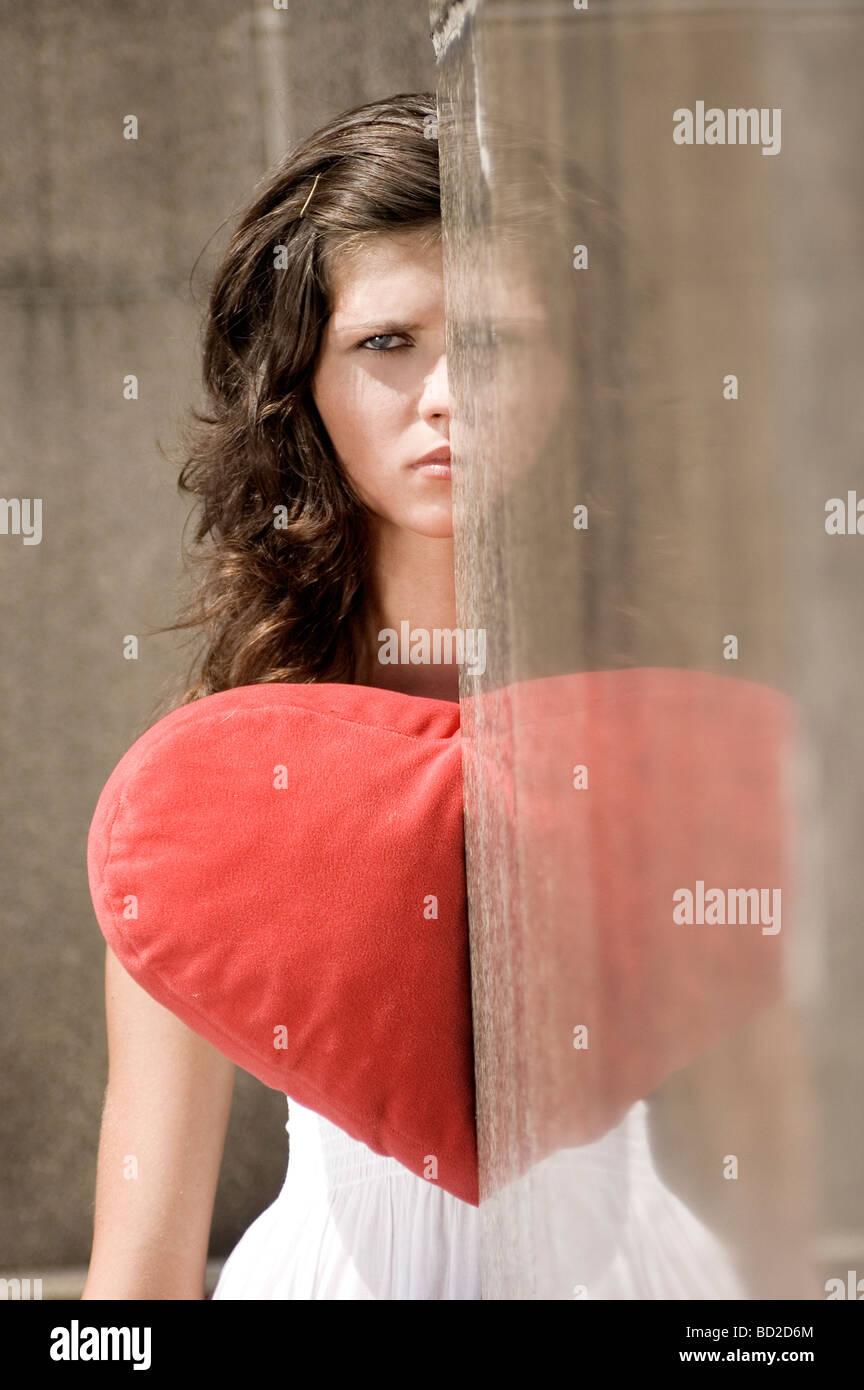 Jeune femme avec coeur en peluche Photo Stock