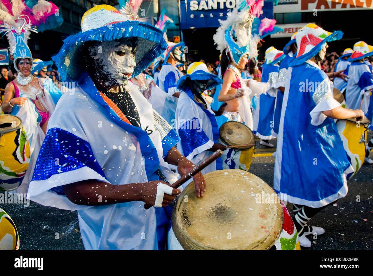 Le candombe batteurs dans le carnaval annuel de Montevideo Photo Stock