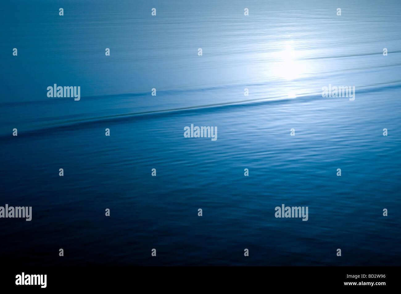 Mer calme surface de l'eau avec la lumière du soleil la réflexion Photo Stock