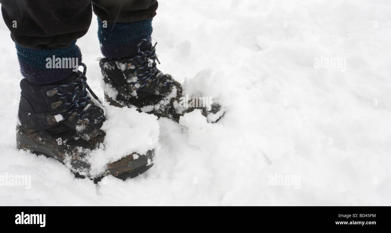 Chaussures de randonnée femme couverte de neige, gros plan with copy space Banque D'Images