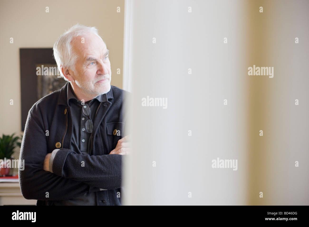Vieil homme debout dans une salle Banque D'Images