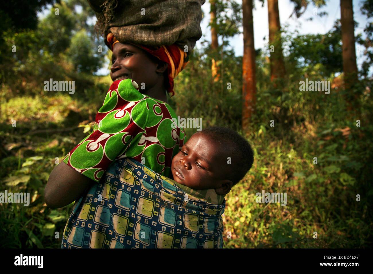 Femme et bébé sur le bord du sud-ouest de la Forêt impénétrable de Bwindi en Ouganda Photo Stock