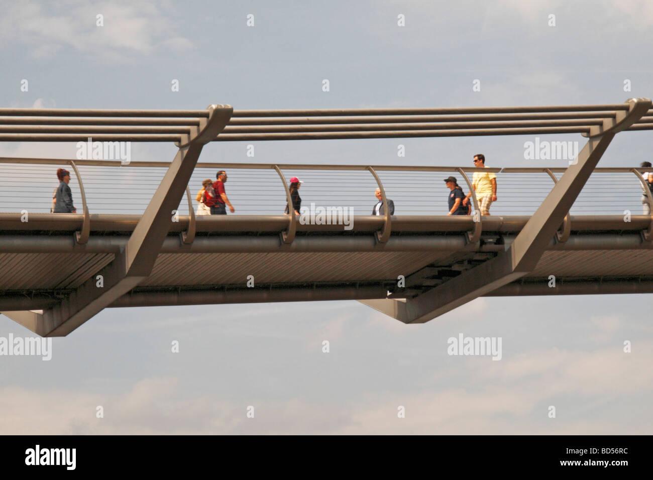 Une vue rapprochée de personnes marchant sur le Millenium Bridge sur la Tamise à Londres au Royaume-Uni. Photo Stock