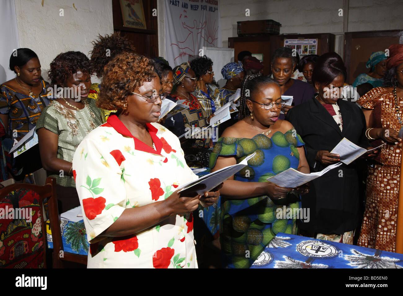 Le chant des femmes lors de l'entretien, l'ethnie mbororo, Bamenda, Cameroun, Afrique Photo Stock