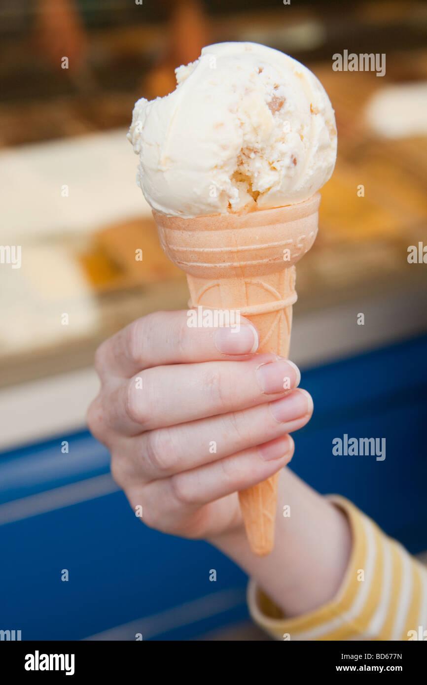 Cornet de crème glacée traditionnelle Salcombe Devon, Angleterre Photo Stock