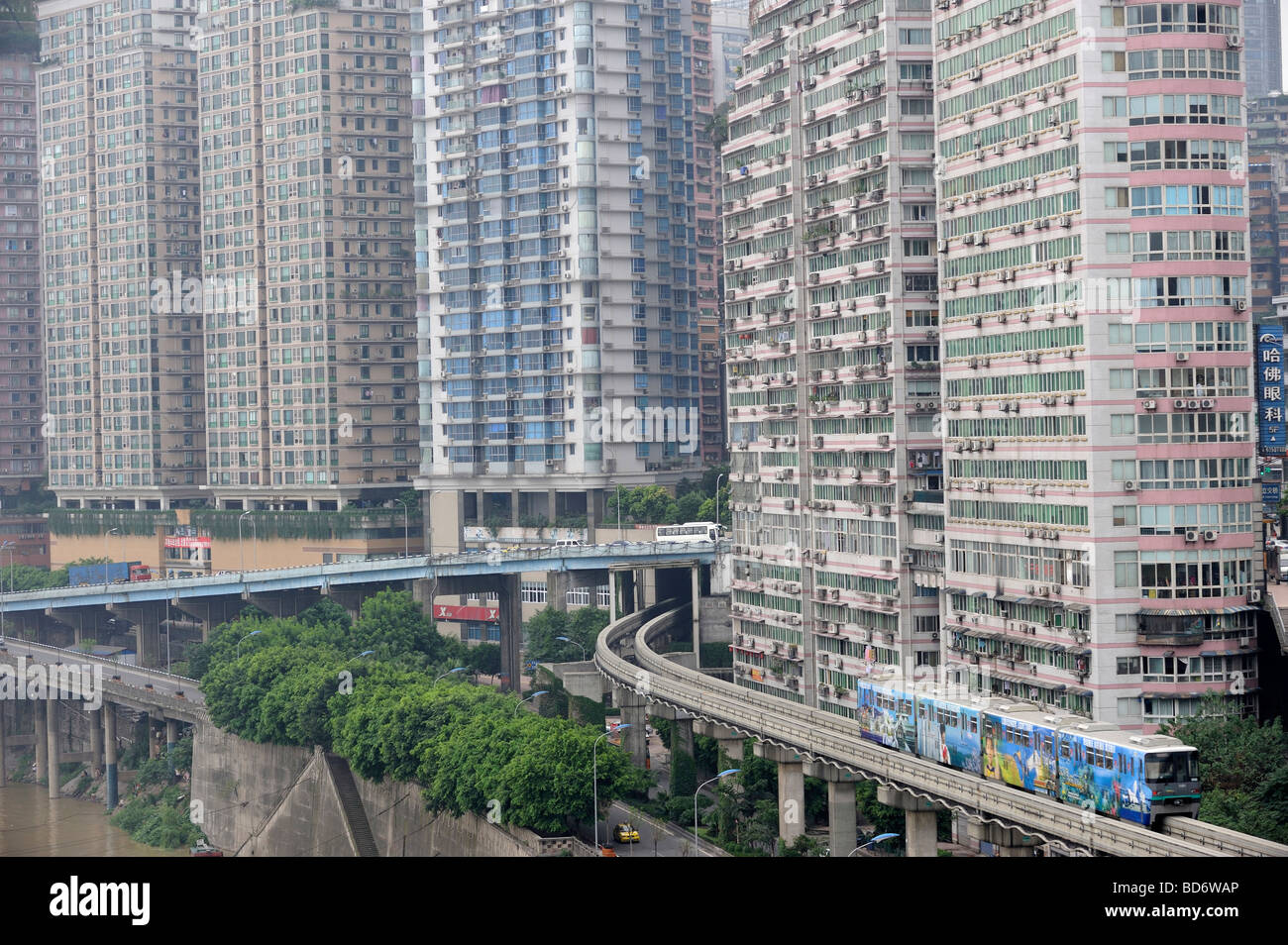 Chongqing du métro jusqu'à appartements de haute densité. 02-Aug-2009 Photo Stock